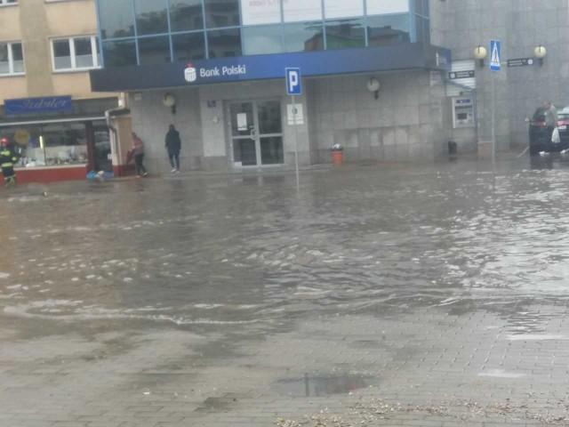Zalana ulica Mickiewicza w centrum Sandomierza.