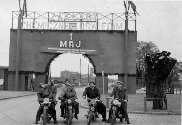 Grupa motocyklowa przed bramą Zakładów Chemicznych Oświęcim (zdjęcie z lat 70. ub. wieku) przed wyjazdem na 1-majowy pochód