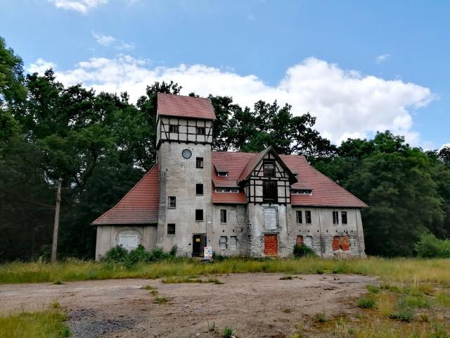 Spichlerz wybudowany został z szarej, wapienno-piaskowej cegły, nietynkowanej. Szczyty wieży i ryzalitu mają konstrukcję ryglową.