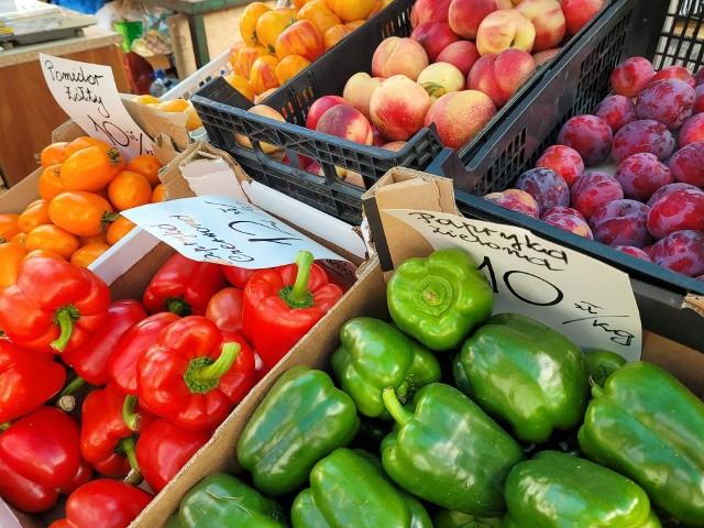 Ceny na słupskim bazarze. Ile musimy zapłacić za kilogram bobu i litr jagód?
