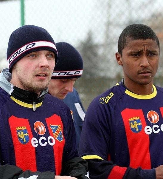Firma ECO zostaje na kolejny rok z Odrą Opole. Na zdjęciu piłkarze naszego klubu: Krystian Kalinowski (z lewej) i Filipe.