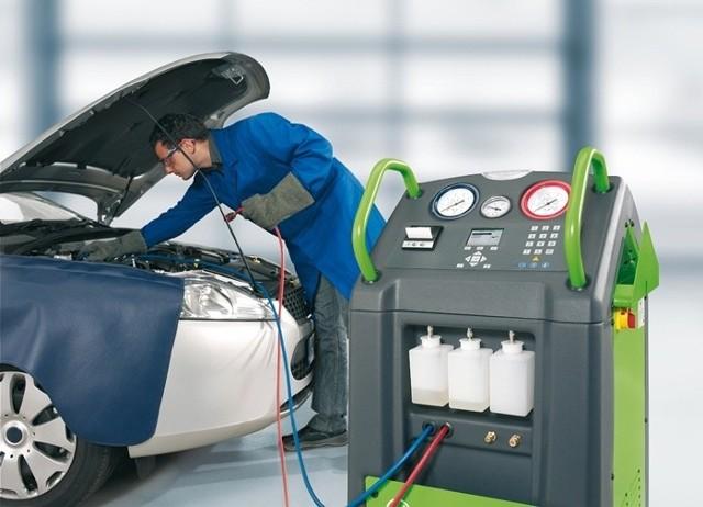 Obecnie nowoczesne urządzenia za jednym zamachem czyszczą i dezynfekują instalację, a następnie uzupełniają czynnikiem chłodzącym