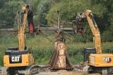 Koparki kawałek po kawałku chrupią most nad Odrą. Sypią się iskry. Ruszyła rozbiórka