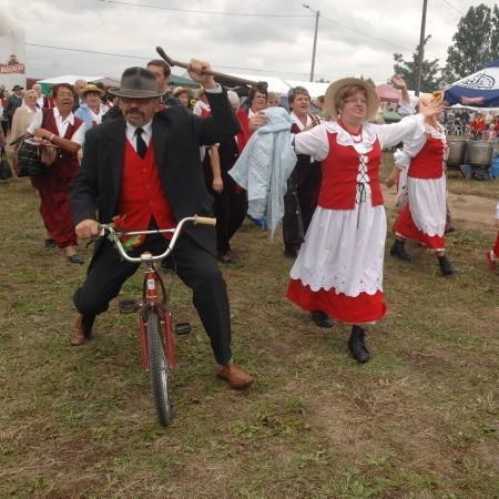 Święto Pieczonego Kurczaka to pospolite ruszenie - i w wykonaniu organizatorów, i w liczonych w dziesiątkach tysięcy gości