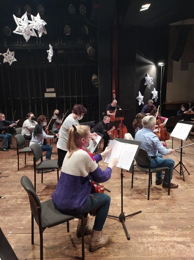 W środę zaczęły się próby orkiestry w sali filharmonii, wcześniej muzycy ćwiczyli repertuar w domach. Ze względów bezpieczeństwa na próbach obowiązuje dystans społeczny oraz zakrywanie ust i nosa.