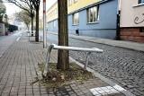 Kierowcy skarżą się na metalowe barierki przy drzewach