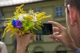 Bukiecik kwiatów dla pani na kwarantannie. Policjant sprawł radość zamkniętej w domu mieszkance powiatu krakowskiego
