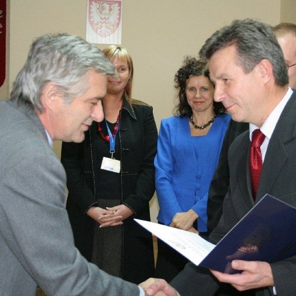 Dyrektor Marek Potorski niedawno z rąk  starosty chełmińskiego Zdzisława Gamańskiego  (na zdjęciu z prawej) odebrał nagrodę Kuratorium  Oświaty. Wiele razy był też doceniany przez  Zarząd Powiatu.