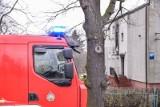 Groźny pożar w Kębłowie. W płonącym domu przebywała niepełnosprawna kobieta