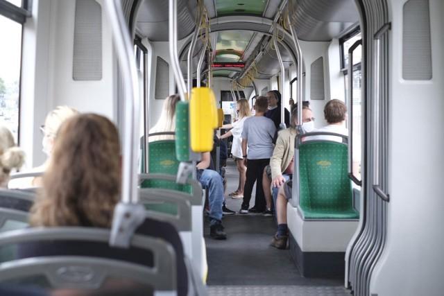W poznańskich środkach transportu publicznego będzie można usłyszeć Katarzynę Bosacką, Novika, Piotra Zelta, Michała Grudzińskiego, Dariusza Milejczaka i Mieczysława Hryniewicza.