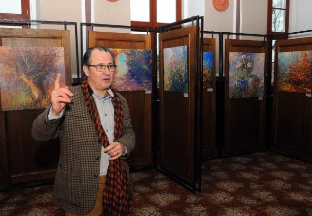 """W Muzeum Ziemi Chełmińskiej liczna grupa obejrzała wystawę """"Spoglądając na  piękno"""" pochodzącego z Chełmna Mariusza Kałdowskiego. Artysta spotkał się z gośćmi.  Artysta podarował Muzeum dwa portrety swoich rodziców. Przypomnijmy, jego ojciec był założycielem i dyrektorem tej placówki. - Wystawę zatytułowałem """"Spoglądając na piękno"""" - mówi artysta. - To parafraza zdania, które ojciec powtarzał, patrząc na panoramę Chełmna i sylwetkę kościoła w Starogrodzie. Najprawdziwsze to piękno duchowe, moralne piękno charakteru i umysłowe piękno myśli.       Info z Polski - przegląd najciekawszych informacji z kraju [01.02.2018]"""