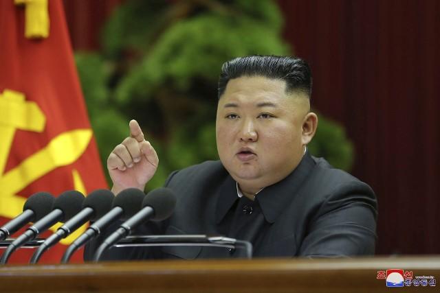 Kim Dzong Un, rozprawiwszy się z wujkiem, postanowił pozbyć się też brata, Kim Dzong Nama