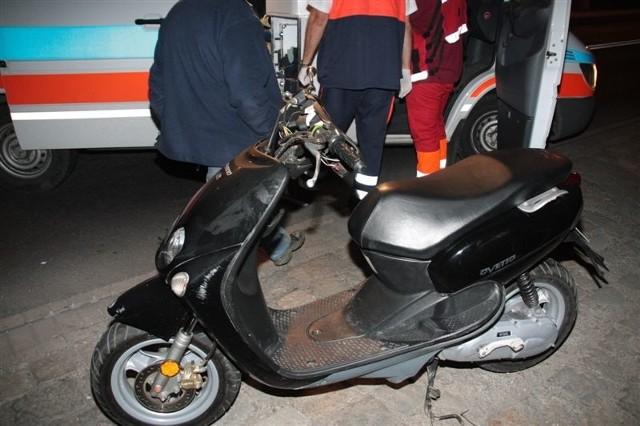 Kierowca skutera i jego pasażer z obrażeniami zostali przewiezieni do szpitala.