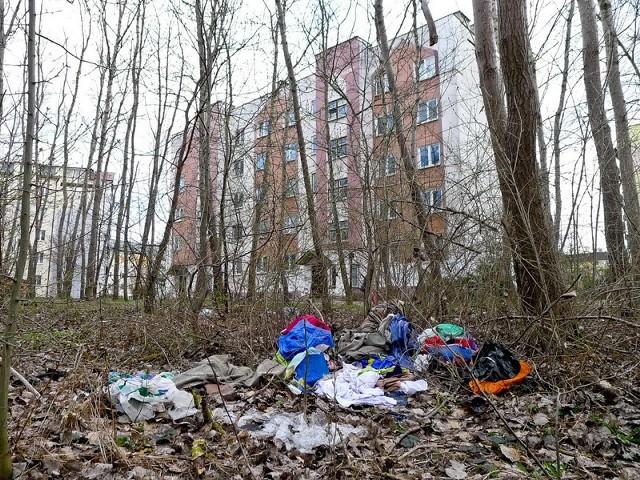 W lesie pełno jest starych ubrań, worków foliowych. W najbliższym czasie ma to zostać posprzątane.