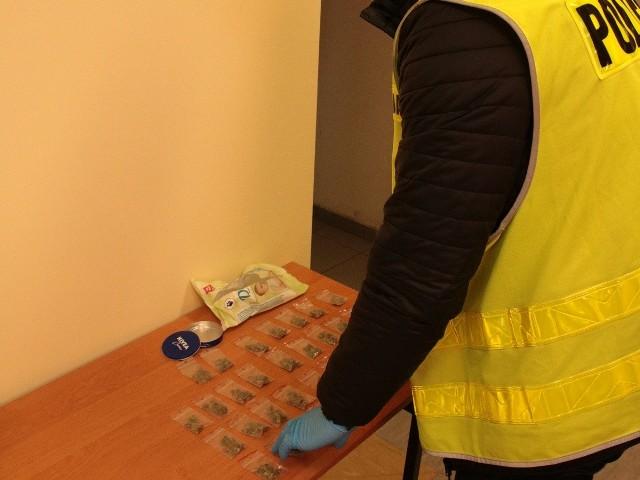 W poniedziałek 7 stycznia wieczorem na ul. Słonecznej w Piotrkowie Kujawskim policjanci z miejscowego posterunku wylegitymowali 19-latkę. Kobieta podczas kontroli zachowywała się nerwowo. Okazało się, że ma przy sobie 0,6 g marihuany. Została zatrzymana i przewieziona na posterunek.Kryminalni ustalili, że narkotyki mogła sprzedać 25-letnia mieszkanka pow. radziejowskiego. W trakcie przeszukania posesji, w której mieszkała kobieta, w dziecięcym rowerku stojącym na podwórku, policjanci znaleźli torebki strunowe z suszem roślinnym. Było to blisko 37 g marihuany.25-latka usłyszała zarzuty posiadania i udzielania środków odurzających, natomiast 19-latka usłyszała zarzut posiadania środków odurzających.Teraz sprawą kobiet zajmie się radziejowski sąd, który zdecyduje o wymiarze kary. Nagranie z akcji policji do obejrzenia na następnej stronie >>>>