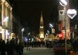 Brutalne pobicie kobiety na ulicy Mariackiej w Katowicach. Ofiara trafiła do szpitala. Napastnik jest poszukiwany przez policję