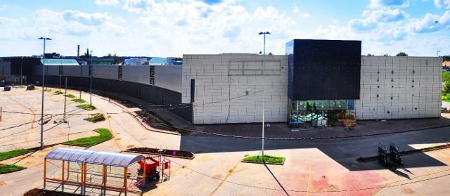 Tak na 1,5 miesiąca przed otwarciem wygląda otoczenie Centrum Galardia. Stoją już pomieszczenia na wózki na zakupy, zielenią się trawniki.