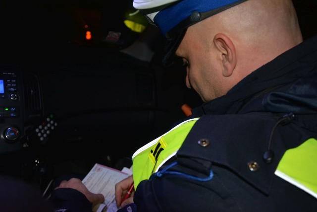 Za kilka dni święta, jednak już teraz możemy zaobserwować wzmożony ruch na drogach.  Wiele osób w pośpiechu pokonuje kilometry by móc jeszcze kupić prezent najbliższym, czy zrobić zakupy na wigilijny stół. To widać na lubuskich drogach. W poniedziałek, 19 grudnia policjanci z Wydziału Ruchu Drogowego krośnieńskiej komendy ujawnili 36 wykroczeń, w tym w 23 przypadkach osoby ukarane zostały mandatem karnym. Ponadto w dwóch  przypadkach zaszła konieczność zatrzymania dowodu rejestracyjnego. Podczas kontroli funkcjonariusze zwracali uwagę na prędkość z jaka jeżdżą kierowcy, sposób zachowania się na drodze oraz oświetlenie pojazdu. Spośród ujawnionych wykroczeń, to właśnie brak lub nieprawidłowe oświetlenie pojazdu było podstawą zatrzymania do kontroli drogowej. W 11 przypadkach dotyczyło to kierowców samochodów, natomiast w trzech rowerzystów. Pozostałe naruszenia przepisów dotyczyły jazdy z nadmierną prędkością - 12, niestosowanie pasów bezpieczeństwa - 3 oraz nieprawidłowej zmiany ruchu - 1. Zobacz również:Policjanci z Żar odzyskali forda, wartego 100 tys. zł