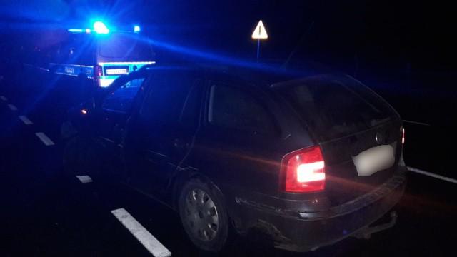 Skrajną nieodpowiedzialnością wykazał się 28-letni mężczyzna, który pijany wsiadł za kierownicę auta i spowodował kolizję. Kontrola stanu trzeźwości wykazała, że ma on blisko 3 promile alkoholu w organizmie. W środę (6 listopada) około godz. 23:00 dyżurny krośnieńskiej komendy otrzymał zgłoszenie o zdarzeniu drogowym, którego sprawca znajduje się pod wpływem alkoholu. Jak wynikało z ustaleń policjantów, którzy przyjechali na miejsce, kierujący skodą na drodze krajowej nr 32 zjechał na przeciwległy pas ruchu i jadąc pod prąd, uderzył w kierującego citroenem. Nie pomogły nawet sygnały dawane przez kierowcę citroena. - Po chwili już było wiadomo skąd wynikał brak reakcji u kierowcy skody. Po wyjściu z auta, mężczyzna nie mógł utrzymać się na nogach i czuć było od niego silną woń alkoholu. Kontrola stanu trzeźwości wykazała, że ma on blisko 3 promile alkoholu w organizmie - informuje asp. szt. Justyna Kulka, rzeczniczka krośnieńskiej policji. Na szczęście nikomu nic się nie stało. Policjanci zatrzymali 28-latkowi prawo jazdy. Pojazd trafił na policyjny parking. Za kierowanie w stanie nietrzeźwości grozi mu grzywna, kara ograniczenia wolności albo pozbawienia wolności do lat 2. Odpowie on również za spowodowanie kolizji.Zobacz też: Potrącenie na przejściu dla pieszych. Policja publikuje wideo ku przestrodze