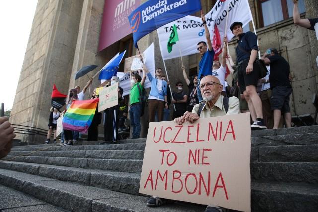 W Krakowie odbył się protest organizacji pozarządowych i środowisk opozycyjnych przeciwko zmianom, jakie planuje ministerstwo edukacji
