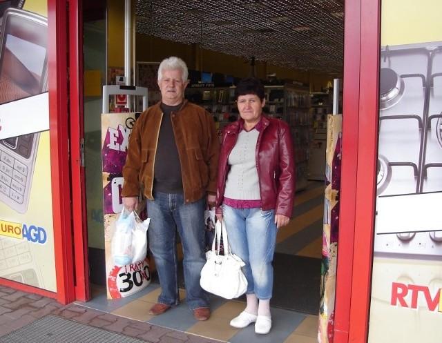 – W tym sklepie można się udusić! – skarżą się klienci, Grażyna i Krzysztof Sandeccy.
