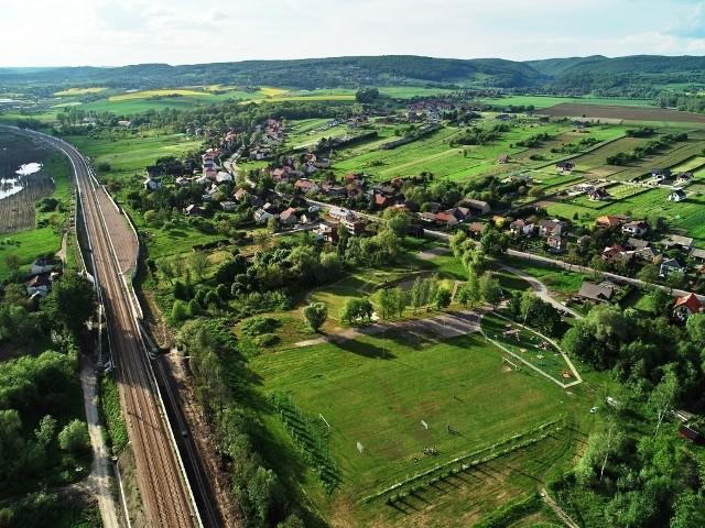 Dwa nowe przystanki przy linii kolejowej w gminie Zabierzów mają powstać do 2025 roku. Mieszkańcy Niegoszowic i Pisar czekają na nie od wielu lat