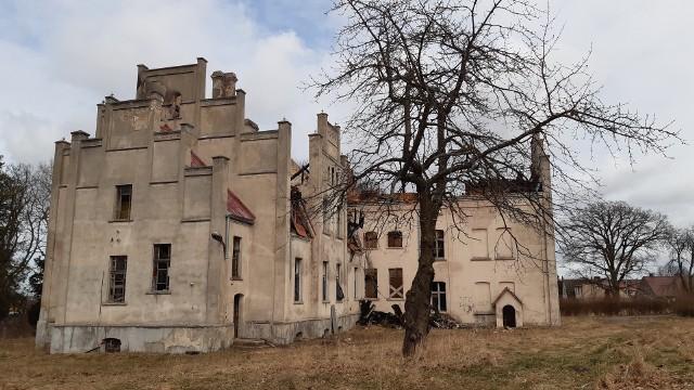 Dokładnie rok temu - z 24 na 25 marca 2020 roku - spłonął pałac rodu Puttkamerów w Główczycach. Jak ustaliła prokuratura, wysoce prawdopodobną przyczyną pożaru było podpalenie. Niestety, nikt nie poniesie konsekwencji. Postępowanie umorzono we wrześniu 2020 roku ze względu na niewykrycie sprawcy.