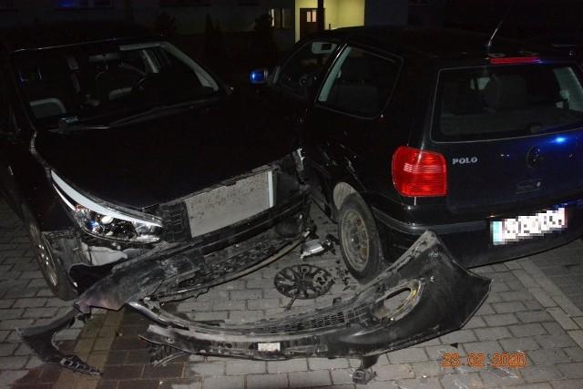 """Pijany kierowca miał wyraźny problem z zapanowaniem nad pojazdem. W wyniku jego """"pijackich manewrów"""" dość poważnie zostały uszkodzone dwa auta: kia i volkswagen."""