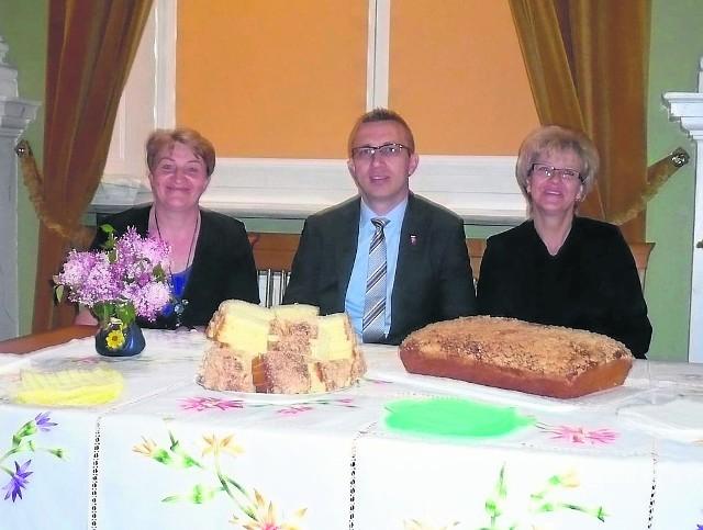 Regina Zagroba (z prawej) wraz z Janiną Dobkowską, szefową KGW oraz wójtem Michałem Rutkowskim na uroczystości w Warszawie. Na pierwszym planie buła