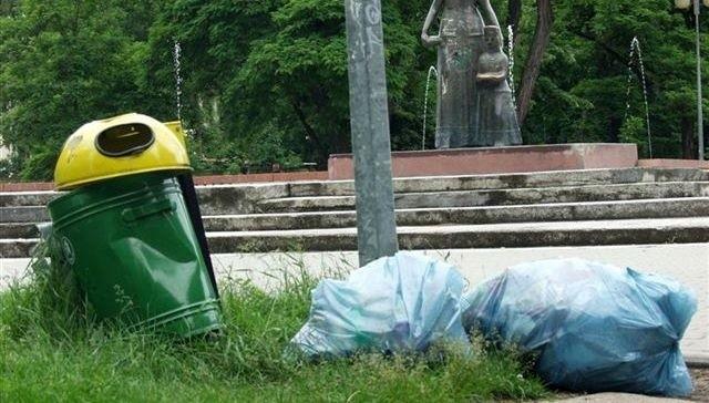 W parku miejskim, niedaleko fontanny już od kilku dni zalegają worki śmieci.