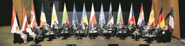 W przededniu 70 rocznicy zakończenia II wojny światowej Gdańsk, a konkretnie Europejskie Centrum Solidarności, był miejscem spotkania kilkunastu europejskich prezydentów, premierów i ministrów spraw zagranicznych, którzy dyskutowali o tym, jak uniknąć trudnej przyszłości oraz budować trwały pokój kontynentu. W zamierzeniu spotkanie to miało być przeciwwagą dla uroczystej parady wojskowej w Moskwie, ale najważniejsi światowi i europejscy goście nie dopisali.
