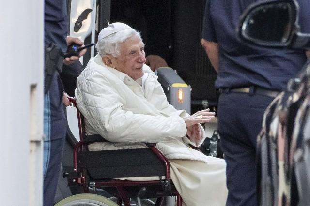 """Niemcy. Papież Benedykt XVI odwiedził swojego brata Georga Ratzingera, który jest ciężko chory. """"To może być ich ostatnie spotkanie"""""""