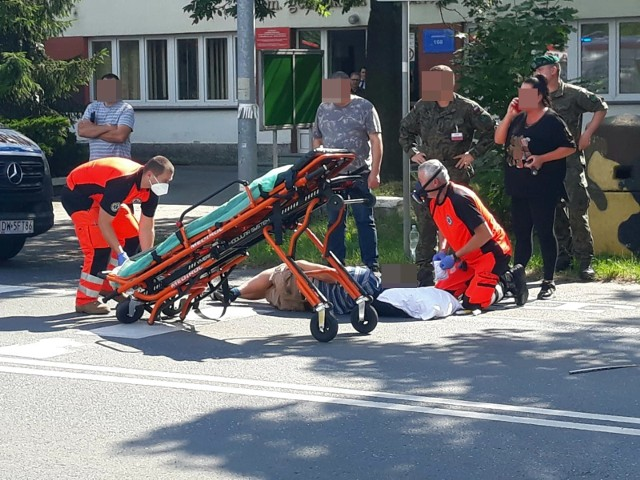 Potrąconemu rowerzyście ratownicy udzielili pomocy na miejscu. Następnie został on przewieziony do szpitala