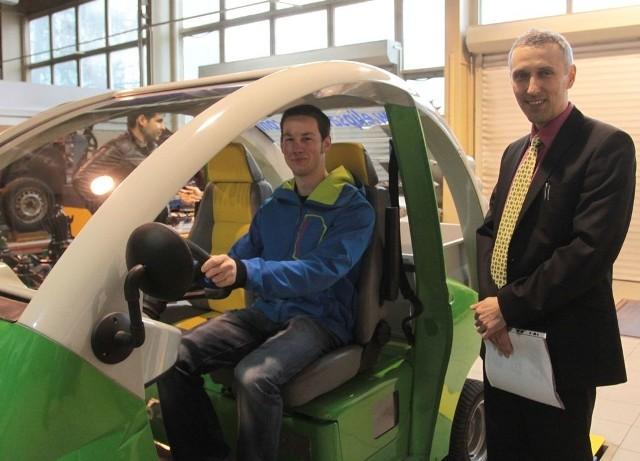 Krzysztof Górski z Instytutu Eksploatacji Pojazdów i Maszyn radomskiego uniwersytetu (z prawej) i Buden Molenberghs, student z Antwerpii, który na swojej uczelni zajmuje się między innymi projektowaniem pojazdów podobnych do radomskiej elipsy.