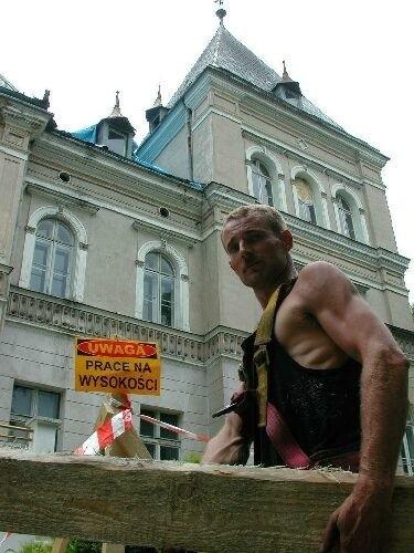 Brygadzista Karol Kwiatkowski wraz z innymi robotnikami na strych pałacu wniósł już kilkadziesiąt metrów sześciennych drewna, z którego powstanie więźba dachowa.