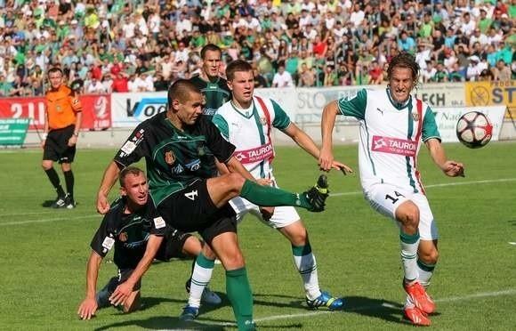 Piłkarze Stali Stalowa Wola (z numerem 4 Wojciech Reiman, z lewej Michał Czarny, w tle Tomasz Płonka) przegrali u siebie w pucharowym meczu ze Śląskiem Wrocław 1-3.