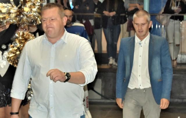 Mariusz Sibik (z lewej), prezes Re-Plast Unii Oświęcim i zarazem sponsora tytularnego zespołu oraz Paweł Kram, szef spółki Oświęcimski Sport, są najwyraźniej zniesmaczeni atakami amerykańskiego rabina na oświęcimskiego hokeistę, dlatego klub wystosował oficjalne pismo w tej sprawie.