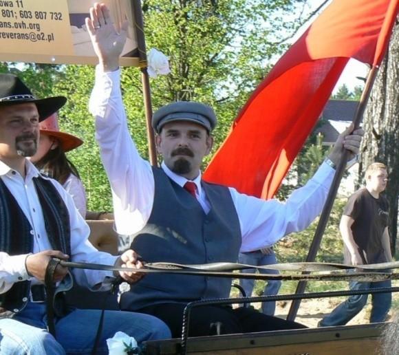 Wiwatujących mieszkańców Bornego Sulinowa pozdrawiał z bryczki sam Towarzysz Włodzimierz Uljanow Lenin.