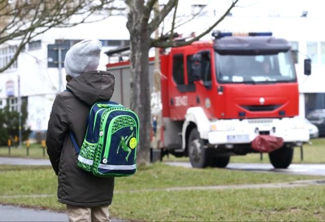 Dodatkowy zasiłek opiekuńczy z ZUS dla dzieci w czasie obostrzeń obowiązuje do 25 kwietnia 2021 r. Komu przysługuje? Ile wynosi?