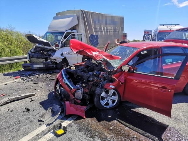 Do poważnego wypadku na obwodnicy Gdowa, łączącej DW 966 i DW 967 doszło 10 maja 2021, krótko po godz. 12. Jedna osoba trafiła do szpitala