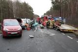 """Wypadek na """"drodze śmierci"""" między Świdnicą a Nowogrodem Bobrzańskim. Zderzyło się 5 aut. Zobacz film z akcji ratunkowej"""