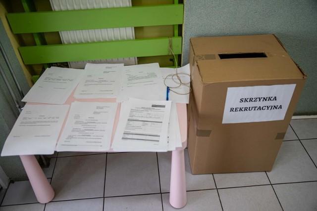 W przedszkolach pojawiły się specjalne skrzynki, do których można wrzucać wnioski rekrutacyjne - najlepiej w zamkniętej kopercie. Tak jest m.in. w PS nr 2 przy ul. Mazowieckiej