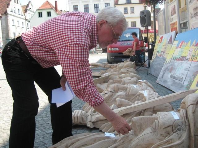 Jednym z autorów wystawionych na aukcję rzeźb jest Andrzej Kmiecik.