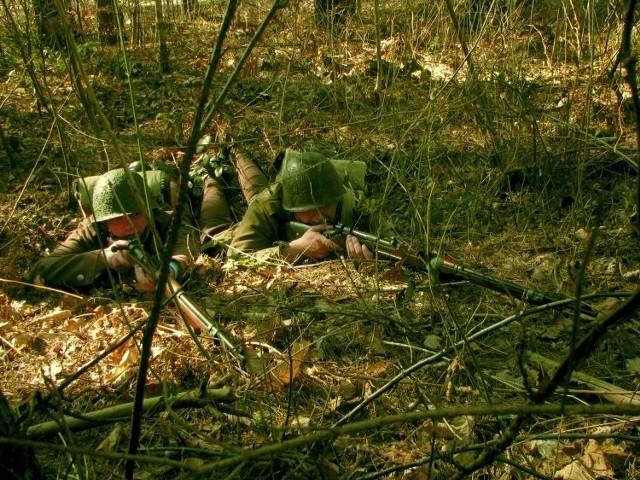 Udział w rekonstrukcjach bitew to spory wysiłek fizyczny. Trzeba m.in. czołgać się wśród igliwia, tak jak to prezentują członkowie GRH Narew.