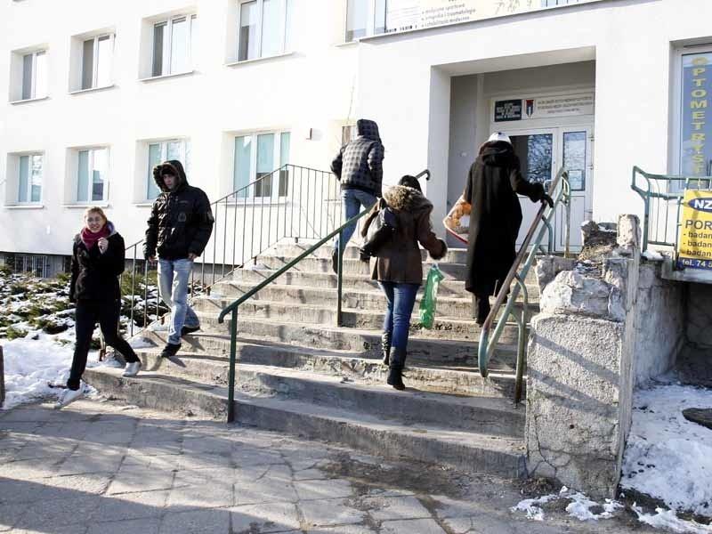 O stanie schodów do przychodni świadczy rozpadający się...