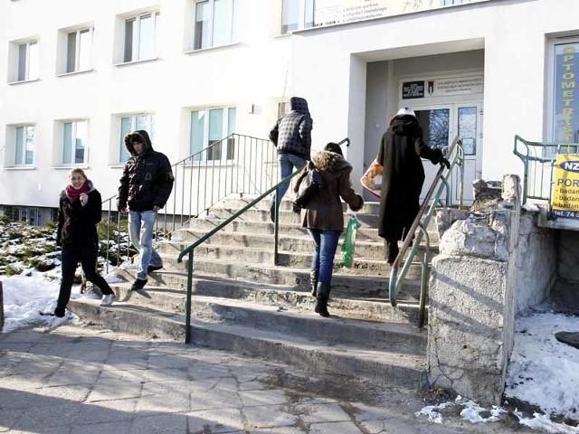 O stanie schodów do przychodni świadczy rozpadający się murek po prawej stronie.