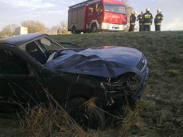 (dab)W piątek, 29 stycznia rano, około godz. 7.50, na ul. Poznańskiej w Skwierzynie opel astra uderzył w naczepę jadącej przed nim ciężarówki, wpadł w poślizg i rozbił się na poboczu.Jak poinformowała nas st. sierż. Karolina Przybyłowicz z międzyrzeckiej policji, kierująca pojazdem 22-letni mieszkanka powiatu międzyrzeckiego została przewieziona do szpitala. Była trzeźwa.