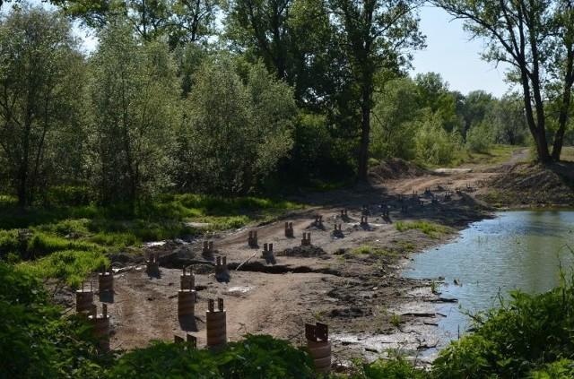 W gminie Kłaj powstaje kładka nad starorzeczem Raby i nowe ścieżki rowerowe. Mieszkańcy i turyści skorzystają z nich tego lata