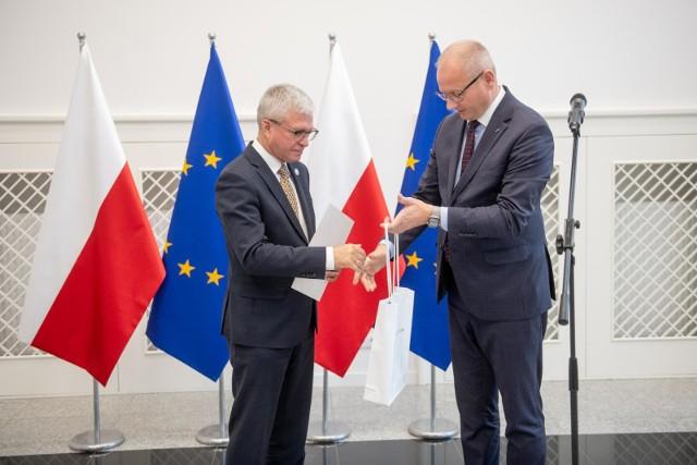 Wojewoda wielkopolski Łukasz Mikołajczyk wręczył we wrześniu Robertowi Gawłowi, podpisany przez ministra edukacji narodowej, akt powołania na stanowisko wielkopolskiego kuratora oświaty.