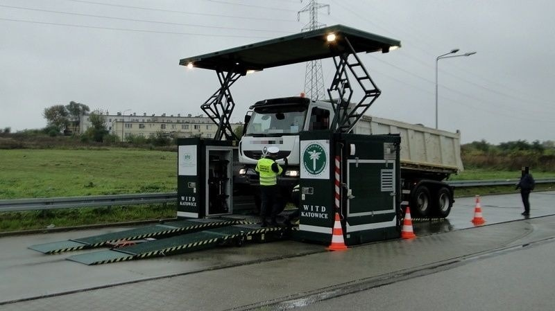 Funkcjonariusze po raz kolejny ujawnili usterki w ciężarówce. Tym razem z pomocą nowoczesnych metod.
